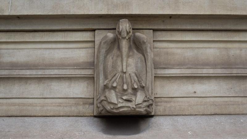 Ooievaar op het gemeentehuis (dierenkunstroute)